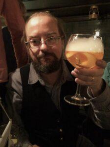 Skål Peter Olausson! Göteborgare, född 1971. Utbildad inom datalingvistik & arbetar som författare & webbmaster. Har varit aktiv inom VoF Göteborg under lång tid, både som aktivist, ledamot & som ordförande. Ledamot & vice ordförande i VoF riks sedan 2016