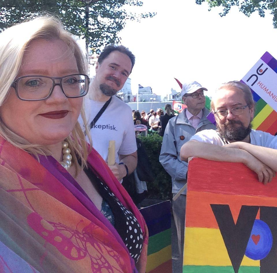 Karin Noomi Karlsson (ordförande VoF Göteborg) med Xzenu Cronström Beskow (VoF Göteborg) och Peter Olausson (ordförande VoF). I bakgrunden Lars Torstensson, Humanisterna Väst.